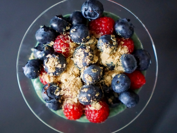 Breakfast bowl chia spiruline fruits rouges
